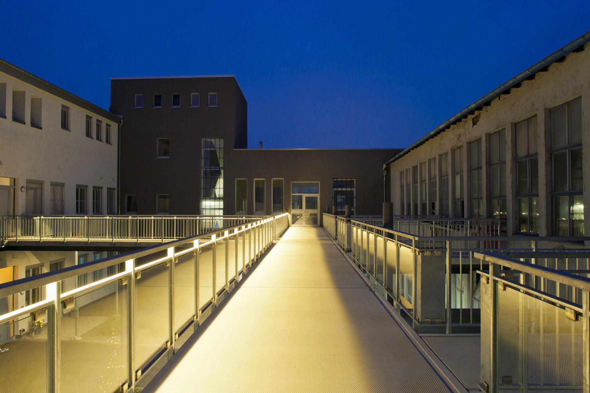 Bobinet Halle 2-3 Außenfassade abends
