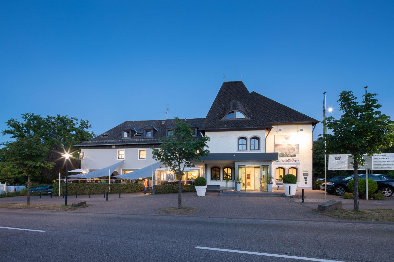 Landhotel Saarschleife Außenfassade bei Abend